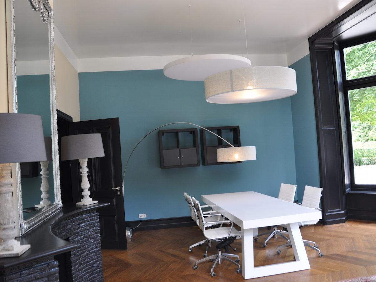 Villa Oldenburg | Witte kantoorruimte blauwe muur